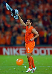 04-06-2005 VOETBAL: NEDERLAND-ROEMENIE: ROTTERDAM <br /> Het Nederlands elftal heeft weer een stap gezet richting het WK van volgend jaar in Duitsland. In Rotterdam werd Roemenië met 2-0 verslagen / Denny Landzaat<br /> ©2005-WWW.FOTOHOOGENDOORN.NL