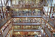 Nederland, Nijmegen, 1-10-2001De bibliotheek van het Canisius College aan de Berg en Dalseweg. Het was een middelbare school, HBS, Gymnasium en later VWO, Atheneum, en tevens klooster voor de paters die er onderwijs gaven. Het was van de Jezuietenorde. Tot in de zestiger jaren zaten er ook leerlingen intern. Gebouwd eind 19e eeuw door een leerling van architect van het Rijksmuseum, Pierre Cuypers.In de jaren tachtig en negentig werd het door adviesbureau Haskoning en het ROC gebruikt. Ook werden er veel inburgeringscursussen gegeven.Een pater, leraar van het Canisius College in Nijmegen heeft zich in de jaren zeventig en tachtig vergrepen heeft aan zeker vijftien jongens. Hij misbruikte hen op school.Foto: Flip Franssen