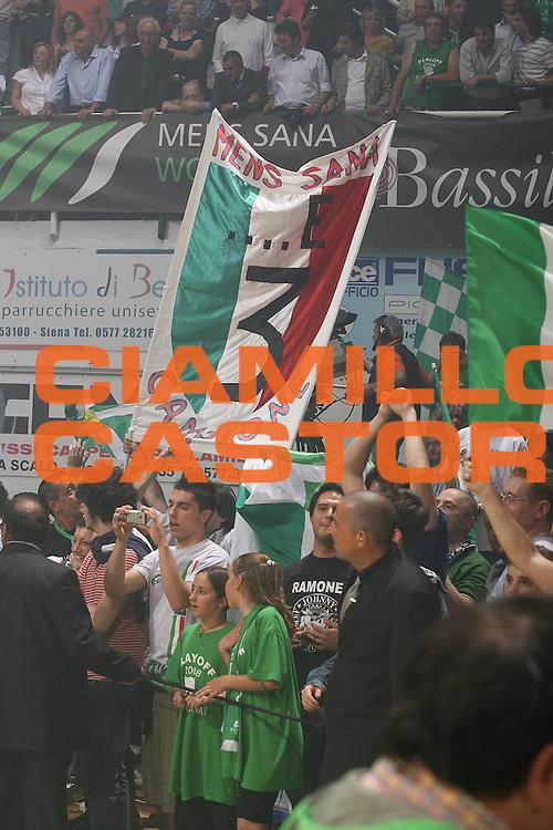DESCRIZIONE : Siena Lega A1 2007-08 Playoff Finale Gara 5 Montepaschi Siena Lottomatica Virtus Roma <br /> GIOCATORE : Tifosi Striscione Scudetto<br /> SQUADRA : Montepaschi Siena<br /> EVENTO : Campionato Lega A1 2007-2008 <br /> GARA : Montepaschi Siena Lottomatica Virtus Roma<br /> DATA : 12/06/2008 <br /> CATEGORIA : esultanza<br /> SPORT : Pallacanestro <br /> AUTORE : Agenzia Ciamillo-Castoria/M.Marchi