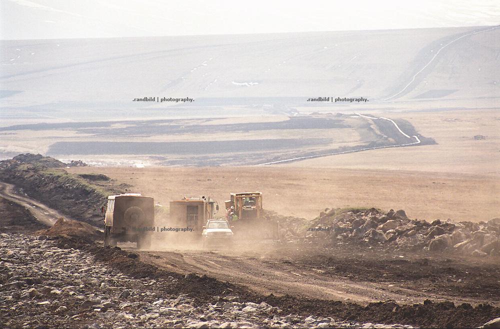 Baufahrzeuge auf der nahe der suedgeorgischen Stadt Tsalka gelegenen Pipelinetrasse. HIer soll die neue BTC Oelpipeline verlegt werden...Contruction site of BTC pipeline in Tsalka, Georgia.