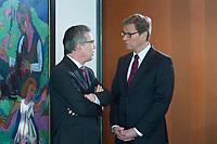 06 FEB 2013, BERLIN/GERMANY:<br /> Thomas de Maiziere (L), CDU, Bundesverteidigungsminister, und Guido Westerwelle (R), FDP, Bundesaussenminister, im Gespraech, vor Beginn der Kabinettsitzung, Bundeskanzleramt<br /> IMAGE: 20130206-01-009<br /> KEYWORDS: Sitzung, Kabinett, Unterlagen, Thomas de Maizière, Gespräch