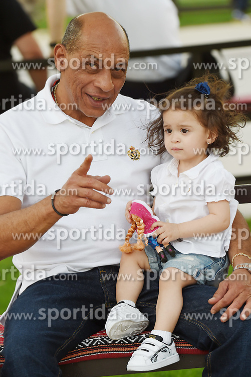 18.04.2015, International Circuit, Sakhir, BHR, FIA, Formel 1, Grand Prix von Bahrain, Qualifying, im Bild Pastor Maldonado Sr (VEN) and his grand-daughter // during Qualifying of the FIA Formula One Bahrain Grand Prix at the International Circuit in Sakhir, Bahrain on 2015/04/18. EXPA Pictures &copy; 2015, PhotoCredit: EXPA/ Sutton Images/ Mark<br /> <br /> *****ATTENTION - for AUT, SLO, CRO, SRB, BIH, MAZ only*****