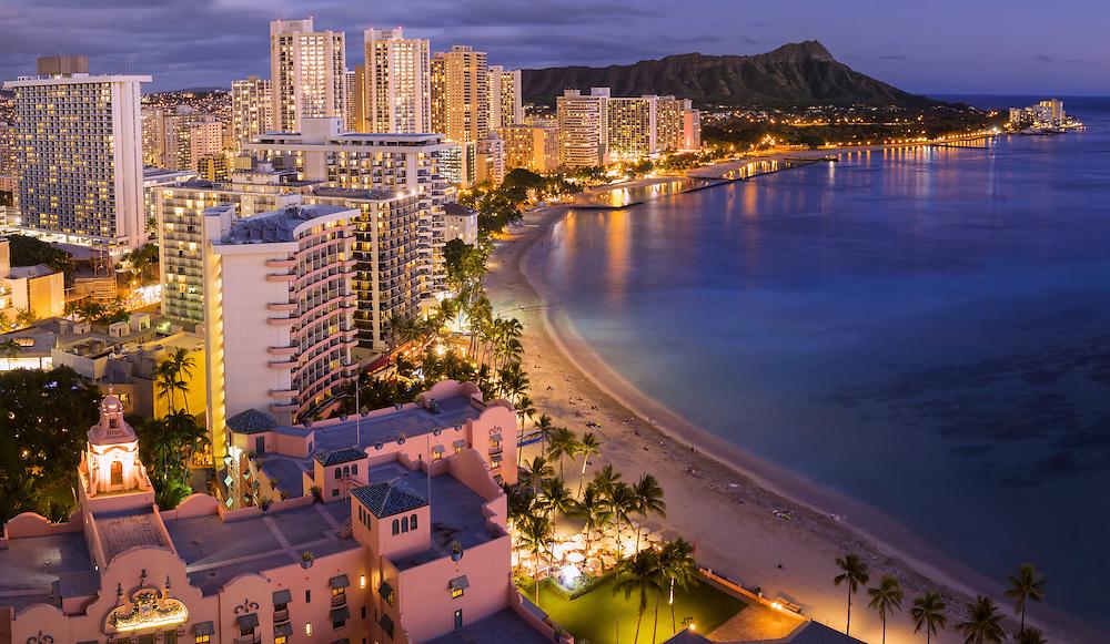 USA, Hawaii, Oahu, Honolulu, Waikiki, the beach at dusk
