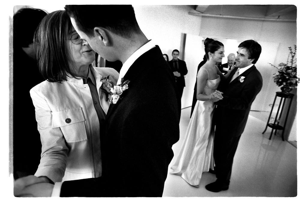 Festen drar igång. Joby dansar med sin mor medan Tory bjuder upp hans far..Joby Harold and Tory Tunnell's wedding in New York City..Photographer: Chris Maluszynski /MOMENT