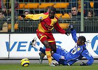 Fotball<br /> Frankrike 2004/05<br /> Lens v Bastia<br /> 18. desember 2004<br /> Foto: Digitalsport<br /> NORWAY ONLY<br /> JOHN UTAKA (LENS) / ALEXANDRE SONG (BAS)
