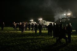 """Während im """"Musenpalast"""" genannten Kulturzelt in Laase im Wendland und direkt an der Castor-Transportstrecke Lesungen und Konzerte stattfinden, fährt die Polizei draußen schweres Gerät auf, um den nahenden Transport nach Gorleben zu sichern. <br /> <br /> Ort: Laase<br /> Copyright: Karin Behr<br /> Quelle: PubliXviewinG"""