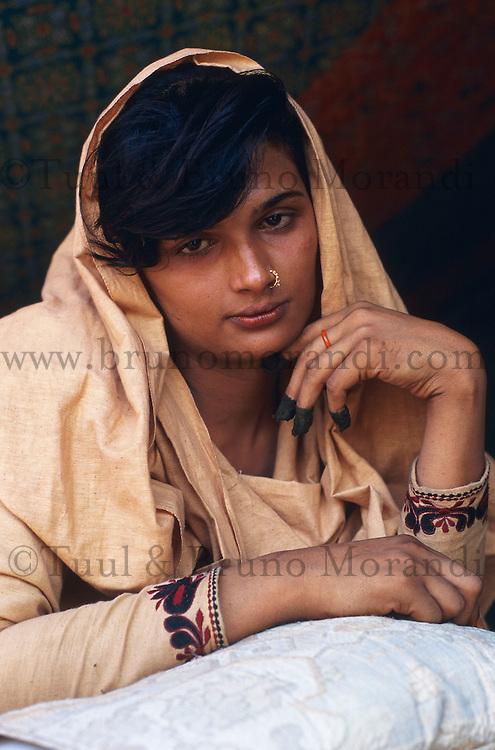 Pakistan - Hijra, les demi-femmes du Pakistan - Rubi, 26 ans est venu dans ce milieu car elle avait besoin d'argent et maintenant c'est son travail. // Rubi, 26 years. She joined the Hijra community because she needed money. Since, it became her profession. // Pakistan. Punjab province. Hijra, the half woman of Pakistan