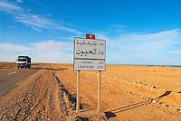 Maroc. Grand Sud. Route de Laayoune. Ancien Sahara espagnol. // Morocco. South Morocco. Road to Laayoune. Former Spanish Sahara.