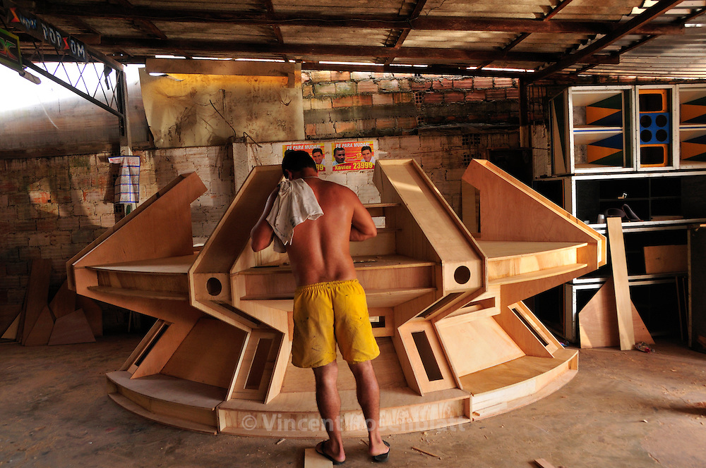 Out of Joao´s workshop on average 3 giant machines a year and 4 smaller ones are produced. The design, the joinery and the first assembly alone can reach 30,000 Euros.