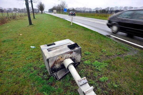 Nederland, Goirle, 31-3-2011Vandalen hebben een flitspaal omver getrokken en vernield.Foto: Flip Franssen/Hollandse Hoogte