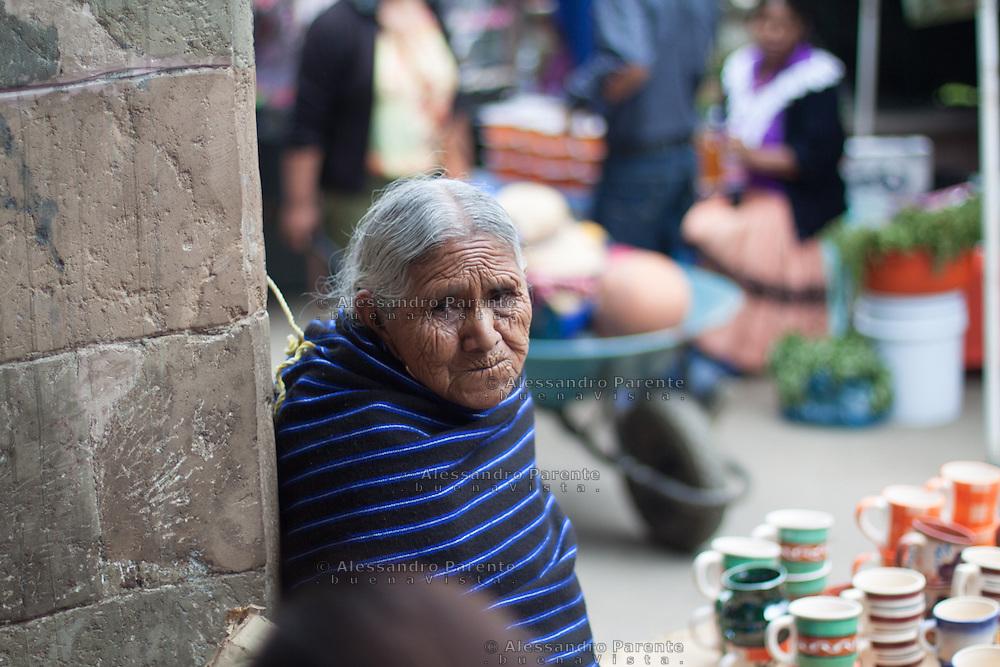 Indigena di etnia Purepecha vende artigianato nel mercato centrale