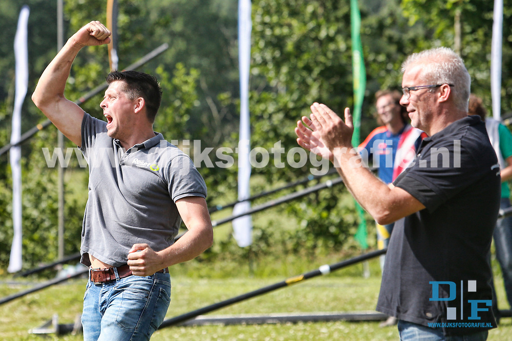 BUITENPOST , 01-07-2017 , fierljeppen , tweekamp Holland - Friesland , coachduo Bart Helmholt  (l) met Arend Hofstee (r)  na de beslissende sprong van Nard Brandsma<br /> <br /> foto: Henk Jan Dijks