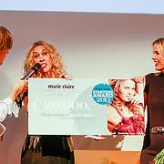 NLD/Amsterdam/20131014 -  Marie Claire Starters Award 2013, Claudia Straatmans reikt prijs uit aan Hanna Verboom