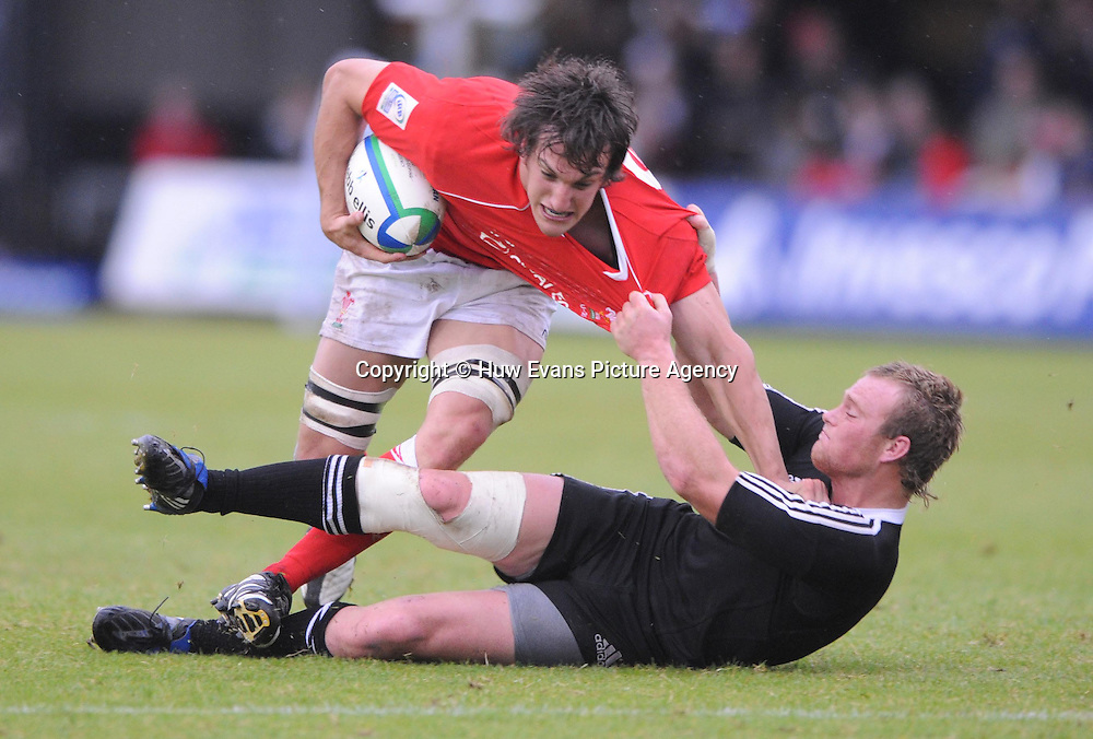 18.06.08 - Wales Under 20 v New Zealand Under 20 - Junior World Championship 2008 -<br /> Wales' Sam Warburton drives past New Zealand's Luke Braid.<br /> &copy; Huw Evans Picture Agency