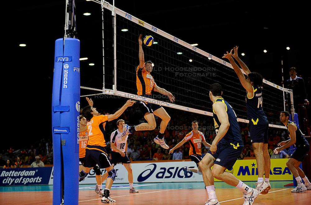 27-06-2010 VOLLEYBAL: WLV NEDERLAND - BRAZILIE: ROTTERDAM<br /> Nederland verliest met 3-2 van Brazilie / Rob Bontje en Nico Freriks<br /> &copy;2010-WWW.FOTOHOOGENDOORN.NL