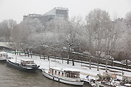 France. Paris. 5th district.  left bank, Quai de la Tournelle and Seine river, Paris under the snow / Paris sous la neige en hiver
