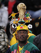 FUSSBALL WM 2010    VIERTELFINALE  02.07.2010 Uruguay - Ghana Ghana Fan mit WM POKAL auf dem Kopf during the 2010 FIFA World Cup South Africa Quarter Final match between Uruguay and Ghana at the Soccer City stadium on July 2, 2010 in Johannesburg, South Africa.