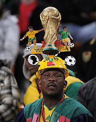 FUSSBALL WM 2010    VIERTELFINALE  02.07.2010 Uruguay - Ghana Ghana Fan mit WM POKAL auf dem Kopf during the 2010 FIFA World Cup South Africa Quarter Final match between Uruguay and Ghana at the Soccer City stadium on July 2, 2010 in Johannesburg, South Africa.