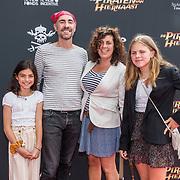 NL/Utrecht/20200701 - Premiere DE PIRATEN VAN HIERNAAST, Johan Nijenhuis met partner hun dochters