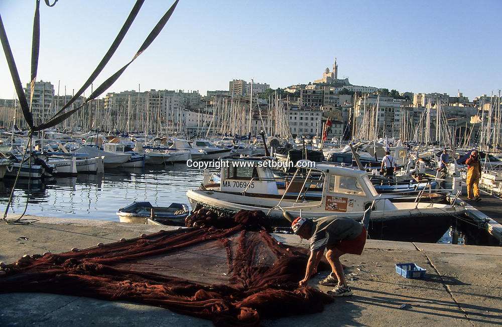 France. Marseille. fishermen . old port  Marseille  France  / pecheurs. sur le vieux port  Marseille  France  /     L0008219  /  R20711  /  P115634