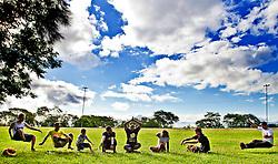 Slackline com a equipe da Elo no parque Marinha do Brasil, em Porto Alegre. FOTO: Emmanuel Denaui/ Preview.com