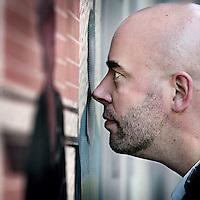 Nederland, Amsterdam , 18 augustus 2009.<br /> Leon Verdonschot (Geleen, 4 december 1973) is een Nederlandse journalist, presentator, schrijver, radiomaker en columnist.<br /> Leon Verdonschot schrijft onder meer voor de bladen Revu, Volkskrant Magazine, Propria Cures en De Groene Amsterdammer. Verder presenteert hij op Kink FM iedere zondag van 19.00 tot 21.00 uur het programma Oeverloos, waarin hij iedere week een gast ontvangt wiens platen hij draait afgewisseld met gesprekken met de betreffende persoon. Hij is columnist voor het dagblad Sp!ts en de Revu en programmamaker voor de Limburgse televisiezender L1 en de VPRO.<br /> Foto:Jean-Pierre Jans
