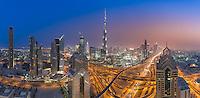 Dubai Skyline mit der Sheikh Zayed Road und Burj Khalifa bei Nacht