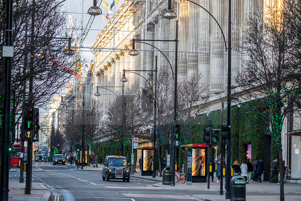 © Licensed to London News Pictures. 23/12/2019. Oxford Street normally packed with traffic remains empty as shops in the West End prepare for last minute Christmas shoppers. Alex Lentati/LNP