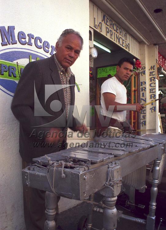 Toluca, M&eacute;x.- Un par de m&uacute;sicos ameniza por las calles de esta ciudad con una poco tradicional marimba de metal . Agencia MVT / Arturo Rosales Ch&aacute;vez. (FILM)<br /> <br /> NO ARCHIVAR - NO ARCHIVE