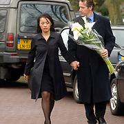 NLD/Driehuis/20060408 - Uitvaart Frederique Huydts, Thom Hoffman en partner Giam Kwee