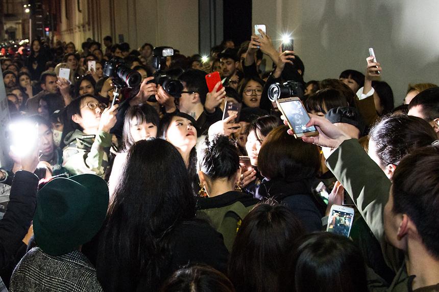 Fans chinois en delire a l'arrivee de une actrice de soap opera chinoise, au defile de Moschino pendant la semaine de la mode a Milan