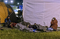 26.09.2015, Grenzübergang, Salzburg, AUT, Fluechtlingskrise in der EU, im Bild Flüchtlinge warten an der Grenze zu Deutschland und schlafen am Boden oder in Zelten // Refugees wait on the border to Germany and to sleep on the ground or in tents. Thousands of refugees fleeing violence and persecution in their own countries continue to make their way toward the EU, border crossing, Salzburg, Austria on 2015/09/26. EXPA Pictures © 2015, PhotoCredit: EXPA/ JFK