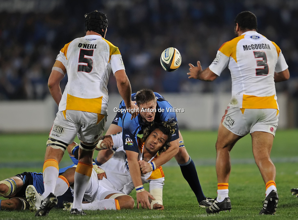 Sione Lauaki releases the ball to Chiefs prop, James McGougan in the tackle made by Bakkies Botha of the Bulls.<br /> Rugby - 090530 - Super 14 - FINAL - Vodacom Bulls vs Chiefs - LOFTUS - Pretoria - South Africa. The Bulls won 61 - 17.<br /> Photographer : Anton de Villiers / SASPA