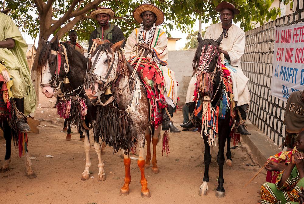 Les cavaliers attendent le roi devant le palais royal.