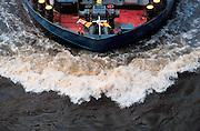 Nederland, Nijmegen, 24-1-2008..Boeg van binnenvaartschip dat vaart op de rivier de Waal. Transport over water, waterweg, binnenscheepvaart, logistiek,  economie, ekonomie, scheepvaart rivieren...Foto: Flip Franssen/Hollandse Hoogte