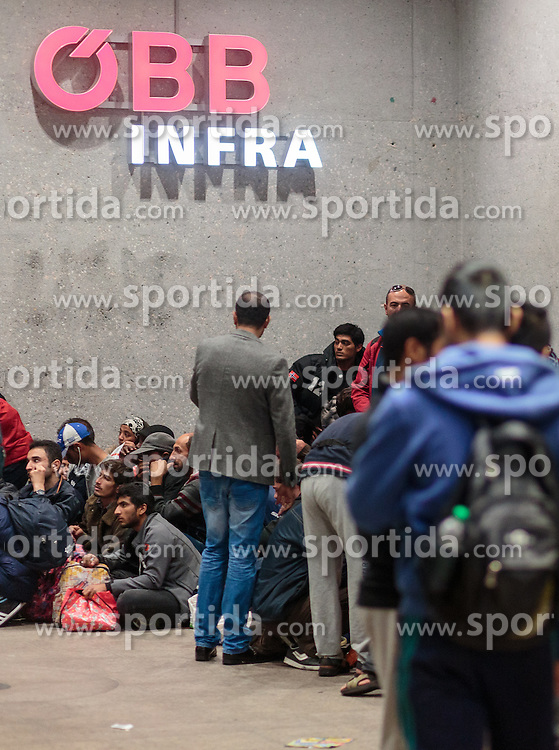 14.09.2015, Hauptbahnhof Salzburg, AUT, Fluechtlinge am Hauptbahnhof Salzburg auf ihrer Reise nach Deutschland, im Bild Flüchtlinge für dem ÖBB Logo // Migrants in front of the Logo of the Austrian Railways. Thousands of refugees fleeing violence and persecution in their own countries continue to make their way toward the EU, Main Train Station, Salzburg, Austria on 2015/09/14. EXPA Pictures © 2015, PhotoCredit: EXPA/ JFK