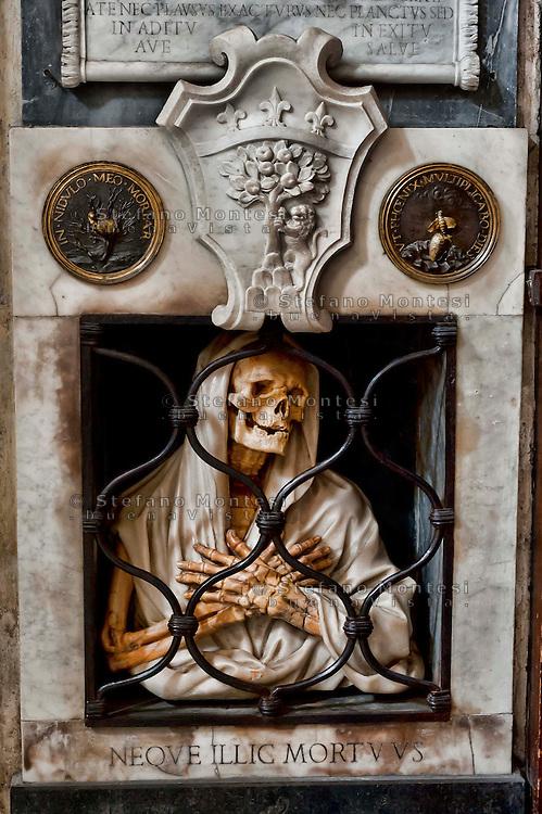 Roma 22 Novembre 2012. Basilica S. Maria del Popolo.Monumento funebre di  Giambattista Gisleni (1600-1672) - La Morte in prigione.Uno scheletro in marmo giallo, avvolto nel sudario.