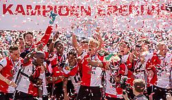 14-05-2017 NED: Kampioenswedstrijd Feyenoord - Heracles Almelo, Rotterdam<br /> In een uitverkochte Kuip speelt Feyenoord om het landskampioenschap / Spelers van Feyenoord vieren het kampioenschap. Dirk Kuyt #7, Tonny Vilhena #10, Karim El Ahmadi #8