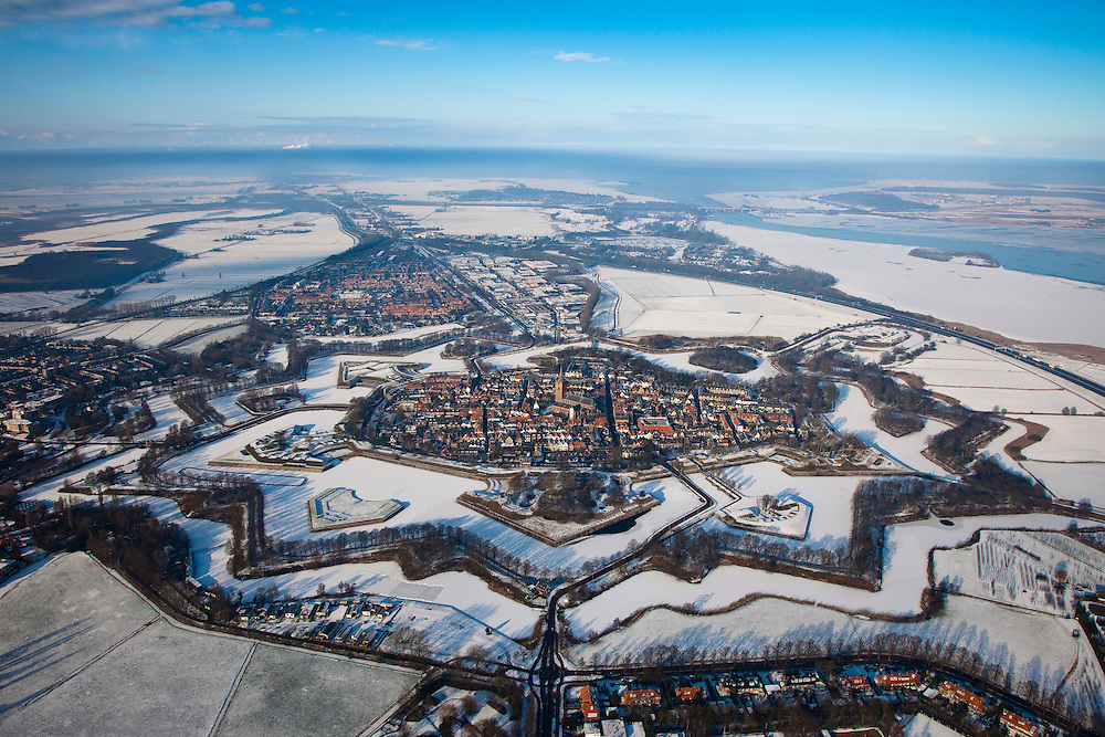 Nederland, Noord-Holland, Naarden, 07-01-2010; Naarden vesting met  bastions en omwalling. De stervorm van de vestingstad is door de sneeuw goed te onderscheiden..Star-shaped historical fortress in the snow.luchtfoto (toeslag), aerial photo (additional fee required).foto/photo Siebe Swart