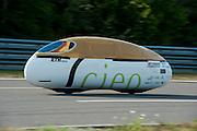 Op de Dekrabaan in Schipkau test het team van de Zwiterse universiteit hun ligfietstandem Cieo. In de tandem ligt de twee rijders boven elkaar. Het team hoopt in Duitsland het uurrecord op de fiets te verbreken.<br /> <br /> At the Dekra track in Schipkau test the team of the Swiss university their tandem Cieo. The Cieo is a tandem in which a tandem rider is above the other.