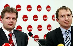 PRISTINA, KOSOVO - DECEMBER 14 - Bojan Dremelj  in Akan Izmaili, direktor IPKO Net na novinarski konferenci, kjer so predstavili zacetek delovanja drugega mobilnega operaterja IPKO, ki je v 67% lasti Telekoma Slovenije.
