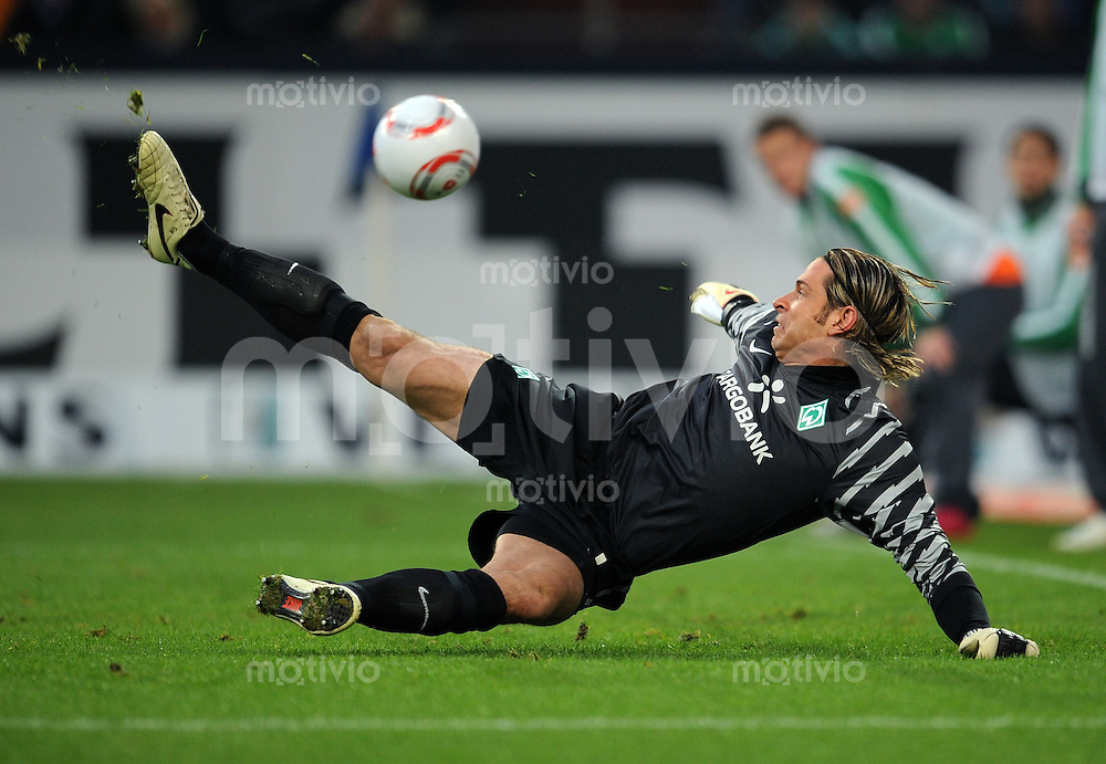 FUSSBALL   1. BUNDESLIGA   SAISON 2010/2010   13. SPIELTAG FC Schalke 04 - SV Werder Bremen                          20.11.2010 Tim WIESE (Bremen) kann den Schuss zum 2:0 nicht parieren
