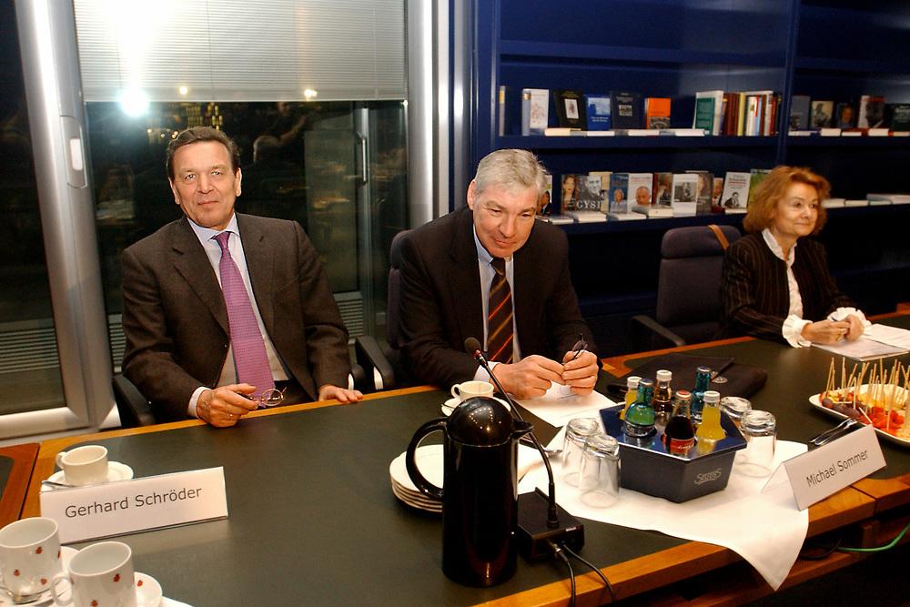 03 DEC 2002, BERLIN/GERMANY:<br /> Gerhard Schroeder (L), SPD, Bundeskanzler, und Michael Sommer (M), Vorsitzender Deutscher Gewerkschaftsbund, DGB,  Ursula Engelen-Kefer (R) Stellv. DGB Vorsitzende, Sitzung des SPD Gewerkschaftsrates, Deutscher Bundestag<br /> IMAGE: 20021203-02-006<br /> KEYWORDS: Gerhard Schr&ouml;der