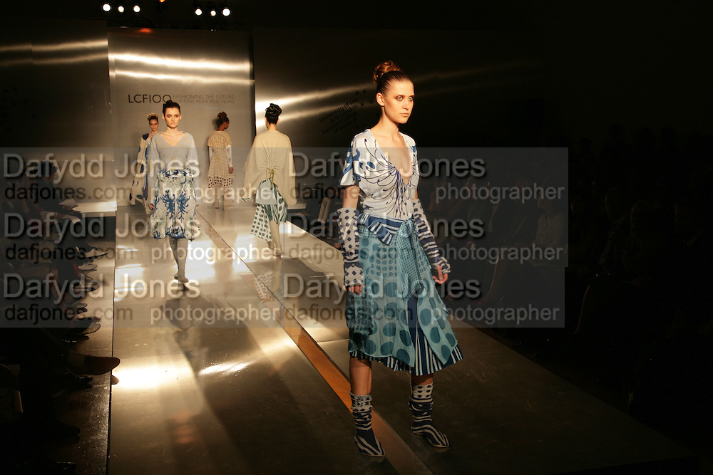 CATWALK SHOW OF STUDENTS WORK.  London College of Fashion catwalk show. Royal Academy of Arts, 6 Burlington Gardens. London. 31 May 2007. -DO NOT ARCHIVE-© Copyright Photograph by Dafydd Jones. 248 Clapham Rd. London SW9 0PZ. Tel 0207 820 0771. www.dafjones.com.