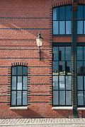 Backsteinwand und Fenster, Fischauktionshalle Altona, Hamburger Hafen, Hamburg, Deutschland.|.brick stone wall and window, fish auction hall Altona, port, Hamburg, Germany