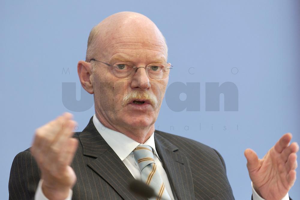 30 MAR 2004, BERLIN/GERMANY:<br /> Peter Struck, SPD, Bundesverteidigungsminister, waehrend einer Pressekonferenz zum neuen Ausruestungs- und Materialkonzept der Bundeswehr, Bundespressekonferenz<br /> IMAGE: 20040330-02-016