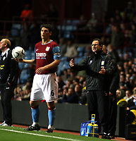 Photo: Mark Stephenson.<br /> Aston Villa v Leicester City. Carling Cup. 26/09/2007.Villa's Martin O'Neil gives his orders with Gareth Barry