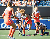 BREDA - Maria Verschoor (Ned) passeert Kana Nomura (Jap)  tijdens de finale  Nederland-Japan van de 4 Nations Trophy dames 2018 .  COPYRIGHT KOEN SUYK