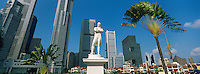 Singapour. La statue de Raffles, Boat Quay et le Busness center. // Singapore. Raffles statue, Boat Quay and Busness center.
