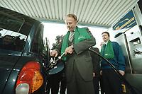 04 APR 2001, BERLIN/GERMANY:<br /> Juergen Trittin, B90/Gruene, Bundesumweltminister, befuellt ein Ergasfahrzeug mit dem Kraftstoff Erdgas, anlaesslich der Inbetriebnahme der Ersten Ersgas Zapfsaeule Berlins, Elf Tankstelle, Holzmarkt Str. 36<br /> IMAGE: 20010404-01/01-27<br /> KEYWORDS: Jürgen Trittin, Auto, Car, tanken